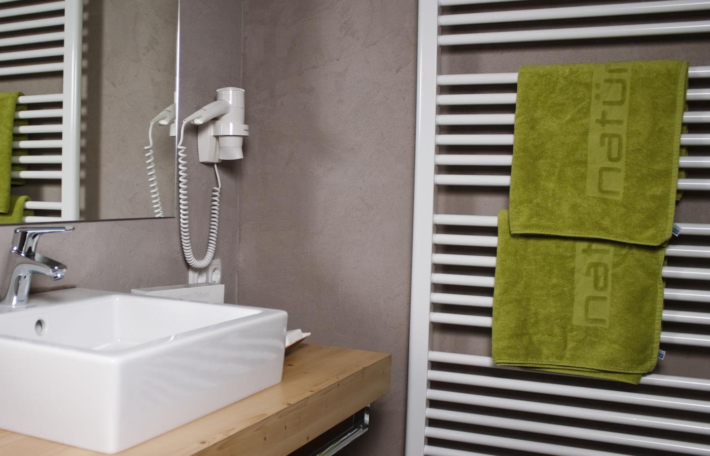 Badezimmer im Natürlich. Sommer 4 Sterne Urlaub in Österreich.