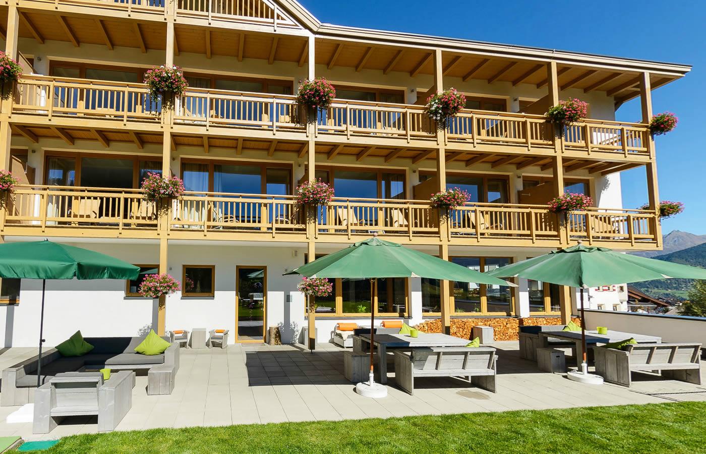 Hotel Süd-West Ansicht mit Terrasse. Natürlich in Tirol, Österreich.