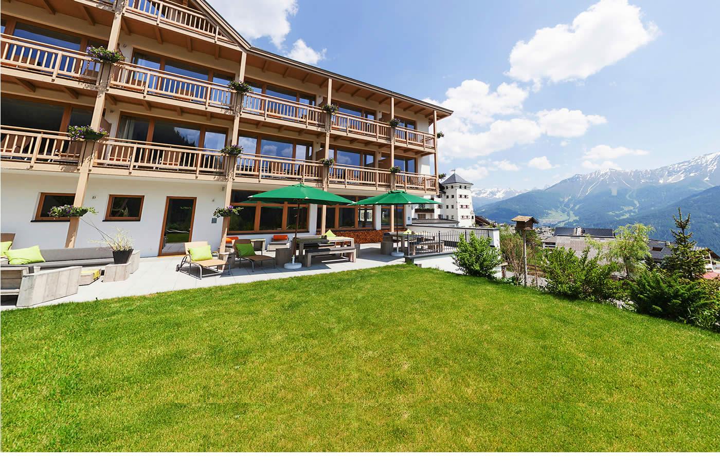 Terrasse des Hotels - Sommer-Urlaub in Fiss - Tirol.