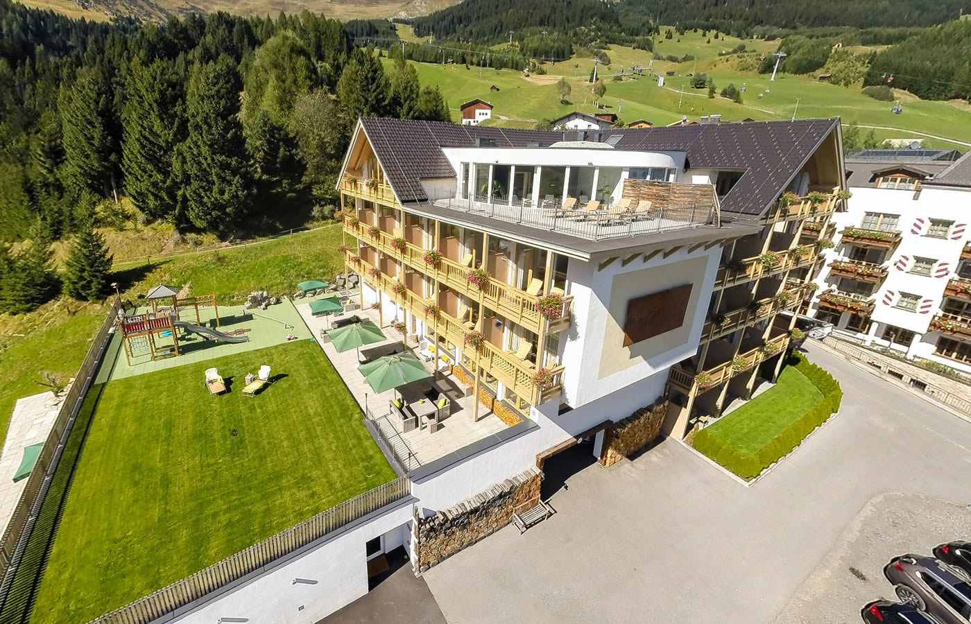 Natürlich. Hotel in Fiss - Südansicht Sommer - Urlaub in Tirol.
