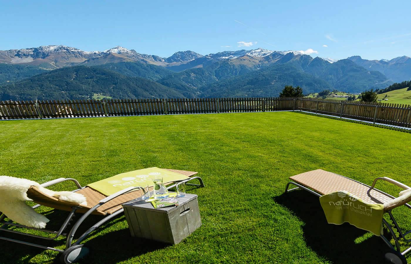 Hotel Sommer Terrasse mit Weitsicht über Serfaus-Fiss-Ladis in Tirol.