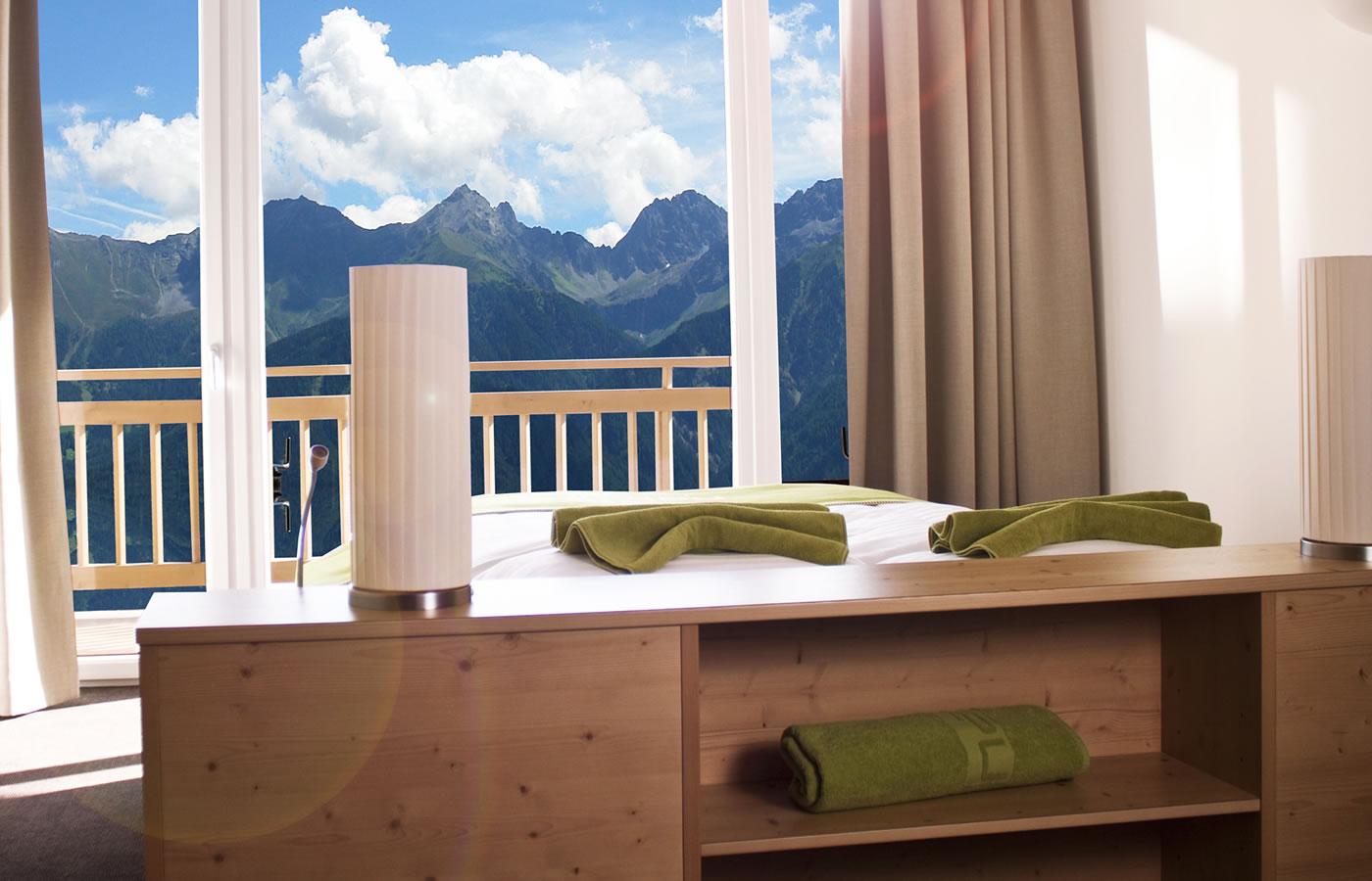 Hotel-Zimmer mit Weitblick über die Berge Tirols.