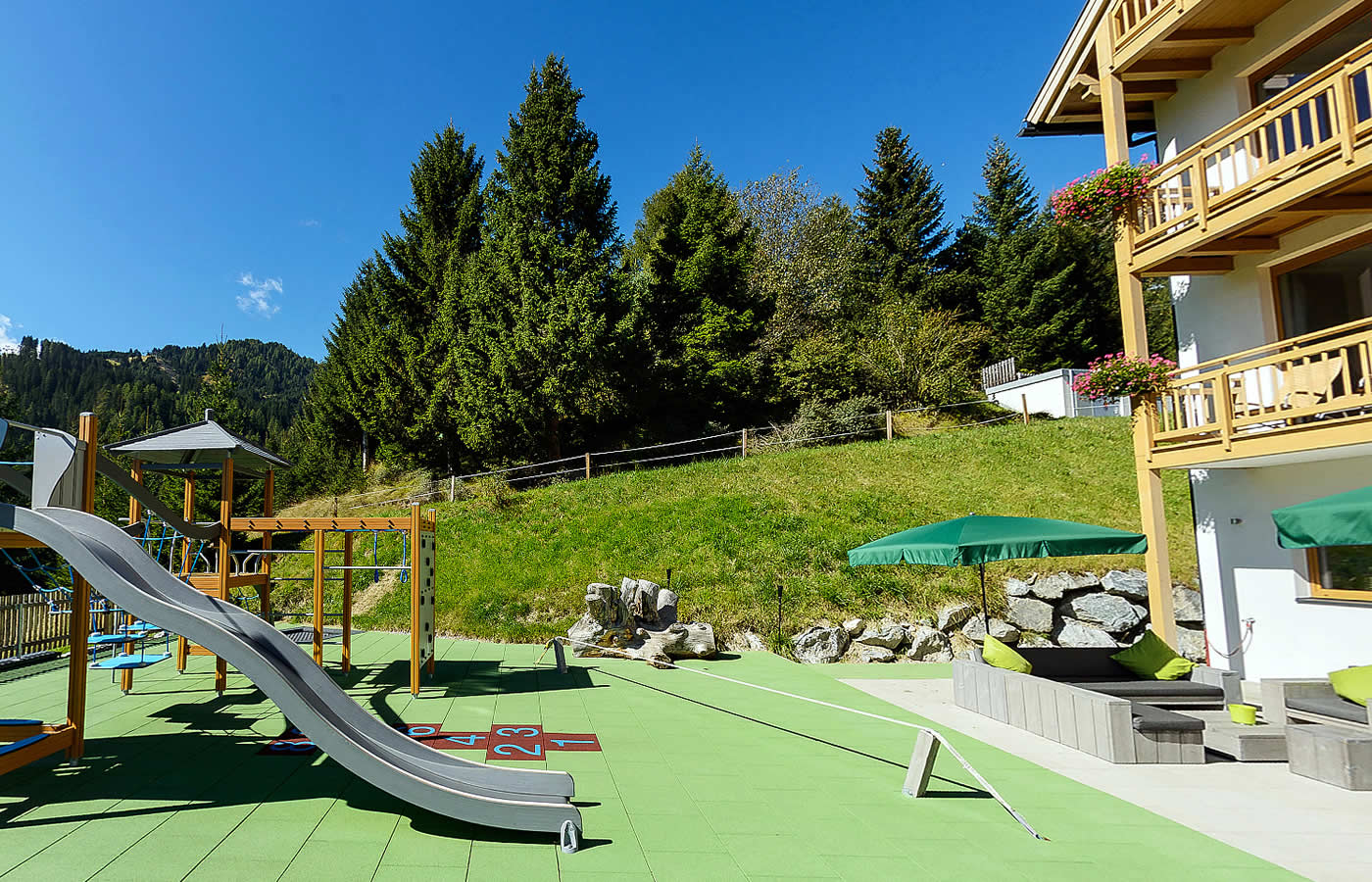 Terrasse mit Spielplatz und Sommer-Panorama-Weitblick. Natürlich Fiss.