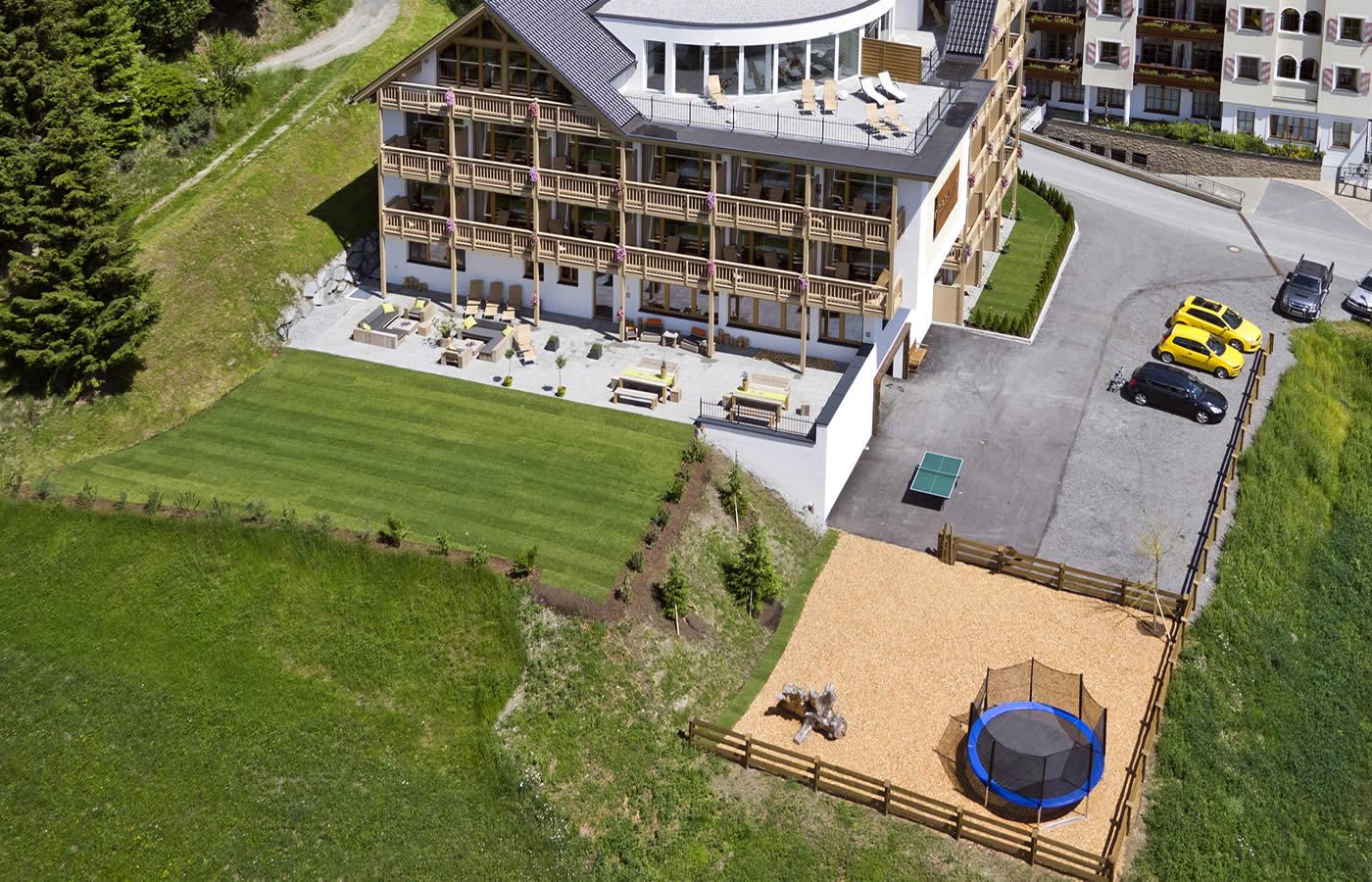 Luftaufnahme von Hotel Natürlich in Fiss, Tirol.