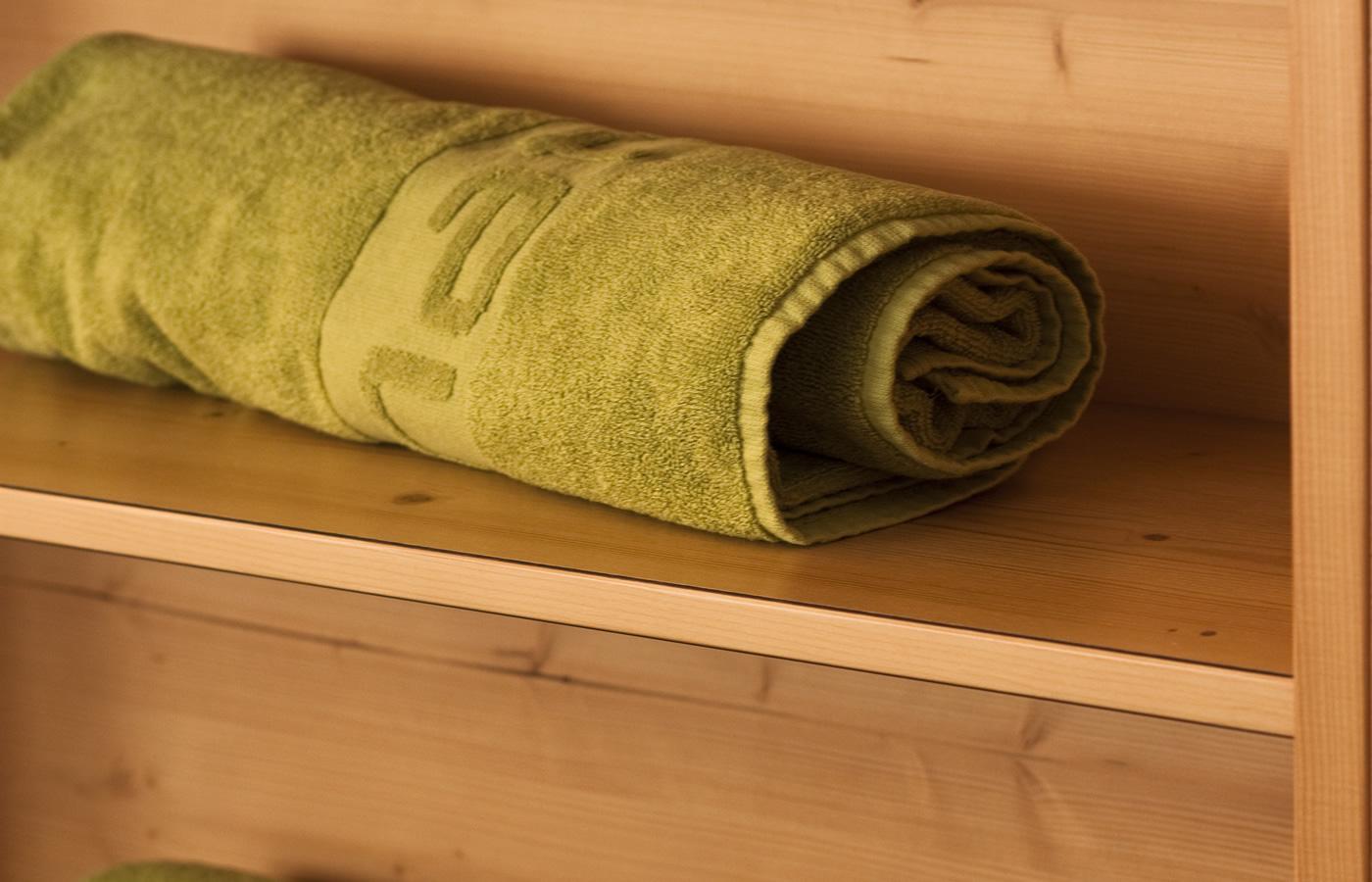 Natürlich Handtuch im Regal - Zimmer in Serfaus-Fiss-Ladis.